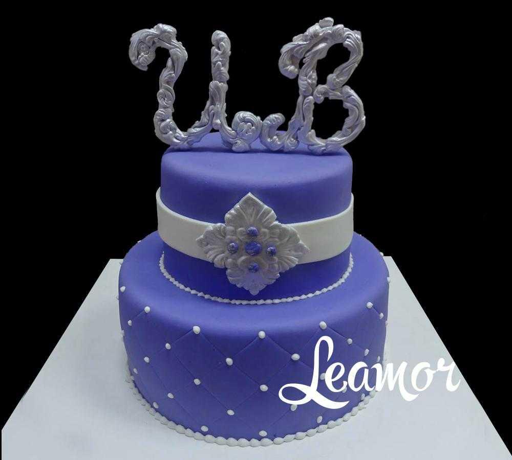 Фиолетовый свадебный торт с инициалами