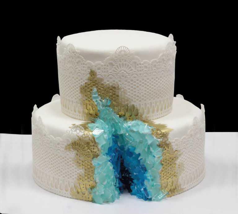 Свадебный торт с голубыми кристаллами