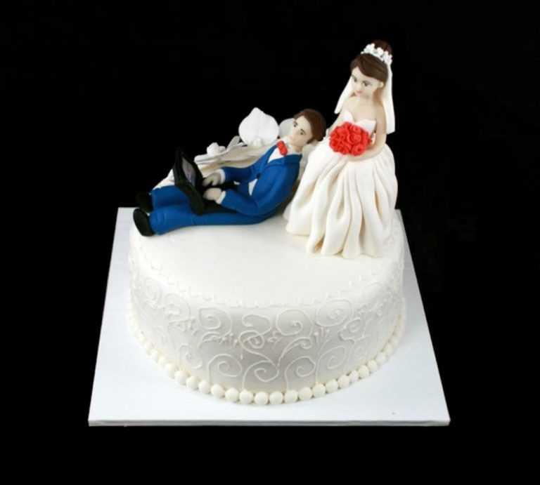 Свадебный торт молодожены